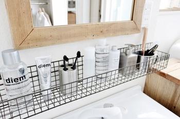 同様に、洗面台やバスルームでの小物の整頓にも役立ちます。 置いておくだけで水切りできる優れもの収納に早代わり♪ 見た目もすっきり、清潔感がありますね。