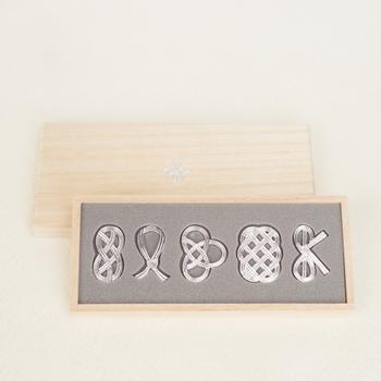 上品な桐の箱に入った日本らしいパッケージは、贈り物に最適ですね。
