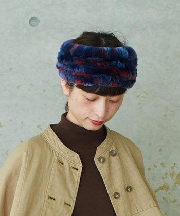 ブルートレッドのミックスカラ―が、秋のシックな装いに程よいアクセントを与えてくれるヘアバンドです。ボリューミーで存在感も抜群なので、コーデのメインアイテムとして使いたいですね。