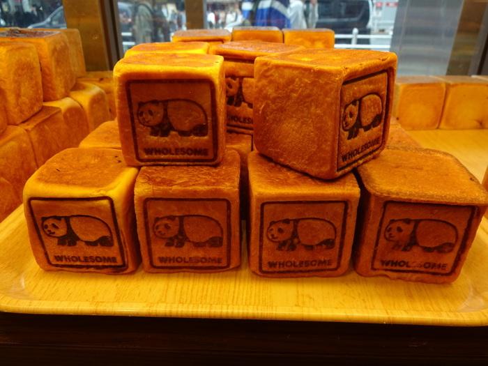 京成上野駅からすぐの「L'UENO」にあるこちらのお店はキューブ型のパンが大人気!絵柄によって味もさまざま、どれにしようか迷ってしまいそう。