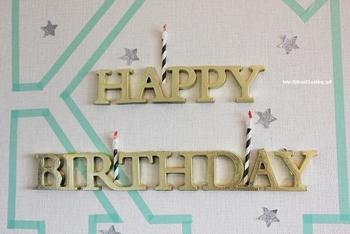 「HAPPY BIRTHDAY」のロゴと、壁にマステを貼ってデコレーション。星やキャンドルが散りばめられて、パーティー気分が高まりますね。
