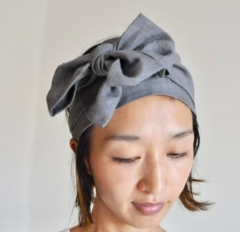 リネンやガーゼ素材のヘアバンドは、付けるだけでナチュラルな印象に仕上がります。