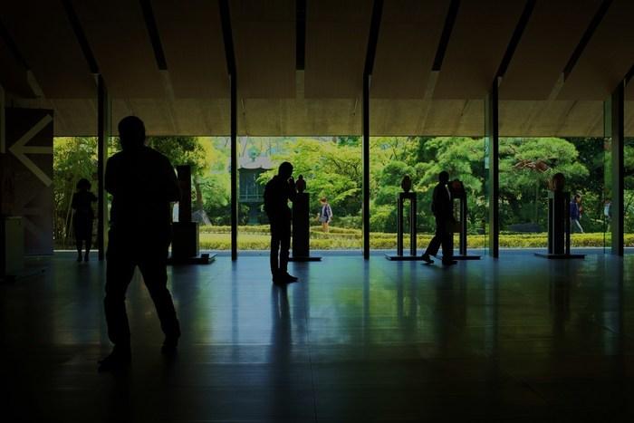 日本にはとっても素敵な美術館が全国にあります。モダンな現代アートや自然に囲まれた美術館、美しい建築…。普段はあまり触れることがなくても、お散歩がてら出かけてみたくなる美術館なら気軽に行けそうです。芸術の秋、ゆったりとした時間を過ごしながら、自分の感性を磨いてみるのはいかがでしょう?全国のおすすめアートスポットをご紹介します。