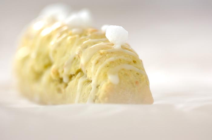 アボカドはそのクリーミーさを生かしたレシピがいろいろありますが、生地に混ぜ込んで使ってもOKです。こちらはアボカドを混ぜたスコーンのレシピ。オレンジピールやアイシングもアクセントになっています。