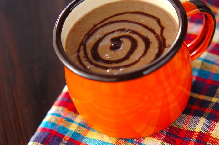 アボカドとチョコレートの相性はドリンクでも味わえます。アボカドにバナナ、豆乳、ココアを加えて、甘さは仕上げのチョコレートシロップで調節できるヘルシーなホットドリンクレシピ♪