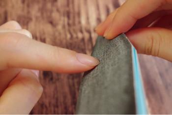 エメリーボードを爪に当て、左→右に動かしたら爪から離し、また左→右に動かす動作を繰り返します。往復させると爪が傷んでしまうので、左→右と常に一定方向に動かしましょう。(一定方向であれば右→左でももちろんOK)