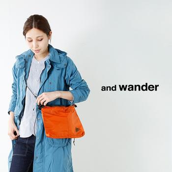 秋といえばアウトドアやお出かけシーズンですよね。ナイロン素材のオレンジバッグでアクティブな印象にトライするのもおすすめ。反対色のブルーやデニム生地と合わせるのがGOOD!