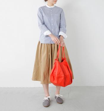 ふんわり淡い色使いの秋ファッションも、オレンジカラーで全体がキュッと引き締まってキレイなアクセントに。ベージュとオレンジは同系色なので馴染みやすいのがポイント。