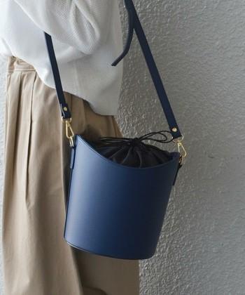 ネイビーで外せない定番が、きれいめバッグ。どんなコーディネートにもしっくりなじみ、上品な印象にしてくれます。トレンドの形や素材を取り入れてみると、一つ上のおしゃれに。