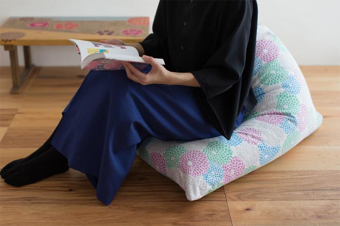京都の四季折々の風情を現代風にポップに表現し、伝統的な染め織りの技術を生かしながらも、今の暮らしにすっきりと溶け込むようなテキスタイルが魅力の、モダンテキスタイルデザインメーカー「SOU・SOU染めおり」。