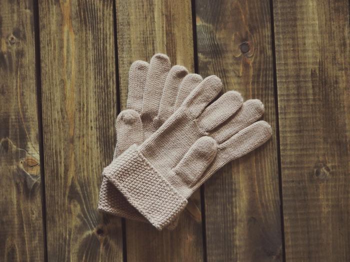 通年使えるブラウンベージュに季節感を出すには素材合わせが重要。ニットやファー、スエードなど素材を取り入れて秋らしさを演出してあげるとぐっとおしゃれな印象になりますよ。
