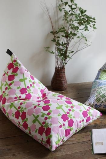 寒さに負けず咲いている寒紅梅をモチーフとしたデザインは、寒い冬の部屋にあたたかな空間をそっともたらしてくれそう。
