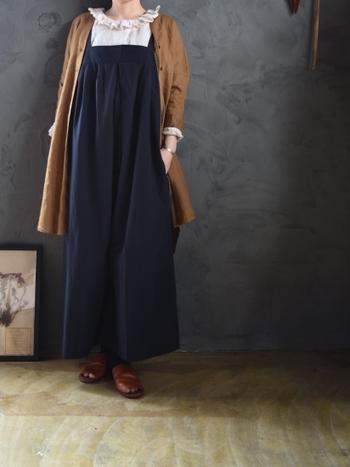 秋は重ね着を楽しめる季節です。ブラウンのロングシャツカーディガンをさらりと羽織ったコーディネートです。