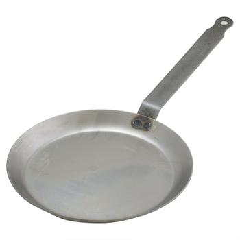 普通のフライパンでもガレットはつくれますが、クレープパンを使えば断然キレイな出来栄えに◎クレープやガレットは、生地を薄く焼き上げるのがけっこう難しいもの。底が平らで軽いクレープパンを使えば、生地をササっと均一に広げることができます。浅いつくりなので、お皿に盛り付けるのも簡単になりますよ♪