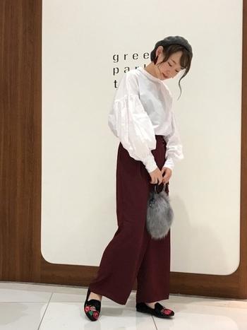 ボルドーのワイドパンツは、きれいめにも着られるアイテムです。白のブラウスとの相性も抜群。ベレー帽やファーバッグなど、秋らしい小物と合わせてみて。