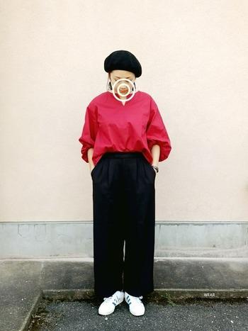 赤は、黒で引き締めると鮮やかに見えます。黒のベレー帽とパンツで挟むことで、よりきれいな発色に。大人っぽく着こなせますよ。