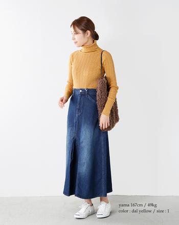 インディゴブルーとの組み合わせがおしゃれなタートルネック。デニムとの相性◎でアクティブな秋ファッションをつくれる優秀コーデです。