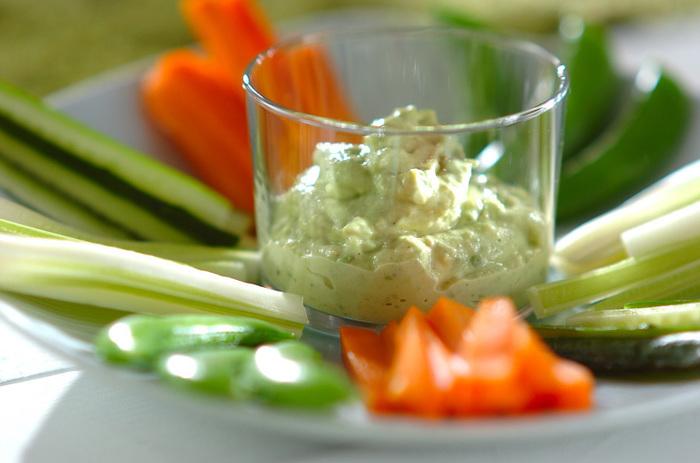 野菜も欲しいと思ったら、ディップと一緒に。アボカドのディップでモリモリ食べられます。
