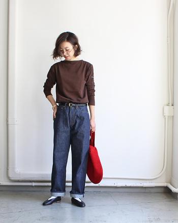シンプルなロンTはシンプルにデニムと合わせてみましょう。ただ着るだけでは普通にまとまってしまうので、ベルトやバッグでちょっとスパイスを加えるのがおしゃれに見える秘訣です。
