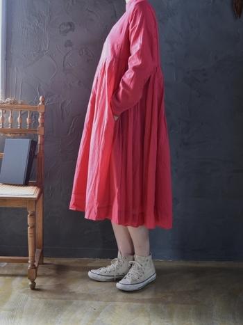 赤のワンピースは、シンプルに一枚で着るのがおすすめです。足元は白のスニーカーで軽やかさをプラスしてみましょう。