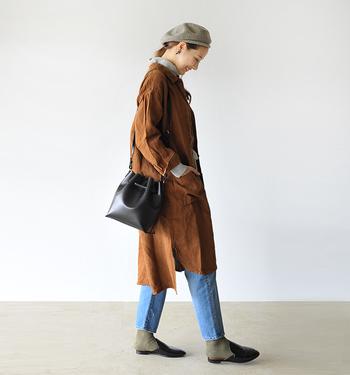 ブラウンのシャツワンピで秋の重ね着を楽しみましょう。タートルネックのトップスを襟や袖からちらりと見せておしゃれな着こなしに。