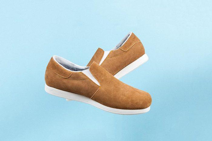 これからの季節にぴったりのベロア素材を小物でコーディネート。たとえ全身モノトーンのシンプルコーデでも、靴の素材を変化させるだけで季節感を演出できますよ。