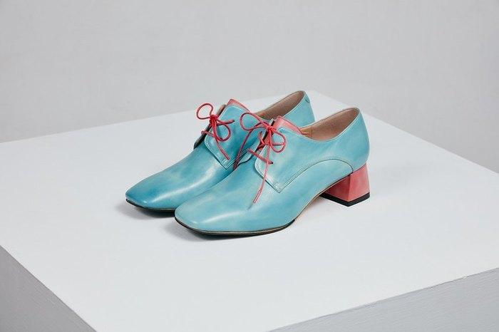 差し色にもなりそうな、あざやかブルーのオックスフォードシューズは、ヒールと靴紐がピンクで軽やか♩