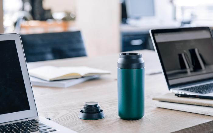 耐久性・機能性に優れた18-8ステンレス素材のボトル本体に、表面にはキズがつきにくいパウダーコーティングが施されています。タフな作りで、オフィスはもちろん、アウトドアにも持ち出したくなるタンブラーです。