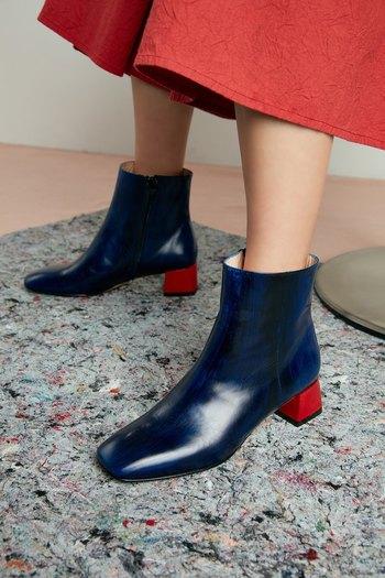 ちょっと気が早いけど、冬だって素敵な靴で過ごしたいですよね。 こっくりブルーと赤いヒールは、パンツをインしても素敵に履きこなせそう。