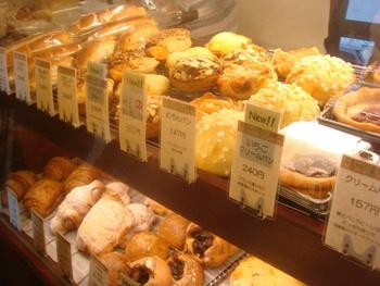 水元公園の南側、金町駅近くにある小さなパン屋さん「とらやベーカリー」は行列のできる人気店。