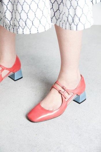 ローズレッドとライトブルーの配色は、「お見事」の一言。 甲のストラップが繊細な印象。 そして、このストラップのおかげで、歩きやすいのもいいですね。