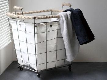 麻とスチールの異素材の組み合わせに、さらにナチュラルな綿のバッグがインされたランドリーカートです。 中のバッグは取り外しできるので、洗濯もできて清潔をキープできます。