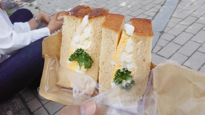 おしゃれなテラス席でいただくのも素敵ですが、ぜひ、足を伸ばしておいしいパンやサンドイッチを、公園でいただきたいですね。