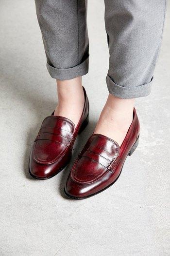 ローファーこそ、革の質感とデザインで大人っぽく。 クラシカルなデザインと赤茶に染められた本革が見事にマッチ。