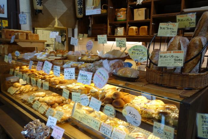 菓子屋横丁の近くにある、素材や製法にこだわったパン屋さん。小さなお店ですが、いつも行列が絶えない人気店です。ずらりと並ぶパンはどれも魅力的!どれにしようか迷ってしまいます。さらに向かいにはオーナーの奥様が出店したサンドイッチ店もあるので、さらに迷ってしまうこと間違いなしです。