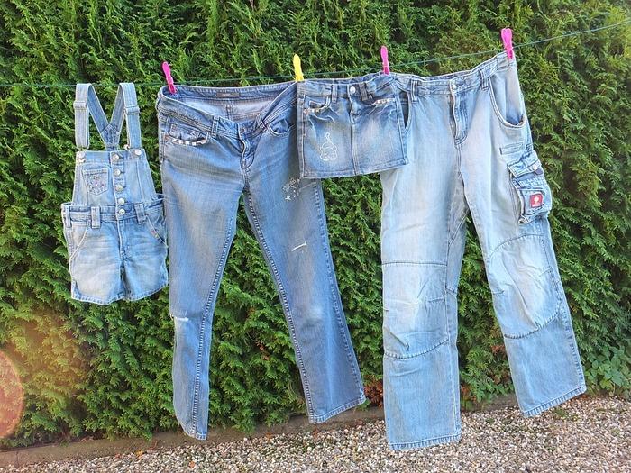 デニムの染料であるインディゴは、どうしても洗うたびに多少水に溶け出してしまいます。できれば他の洗濯物と一緒にせず、単独で洗濯するのがおすすめ。ただし、同じデニムだからといって複数枚を一度に洗濯機に入れてしまうと、生地同士の擦れで色落ちが進む場合があります。ノンウォッシュの濃い色を落としたく場合などには注意しましょう。
