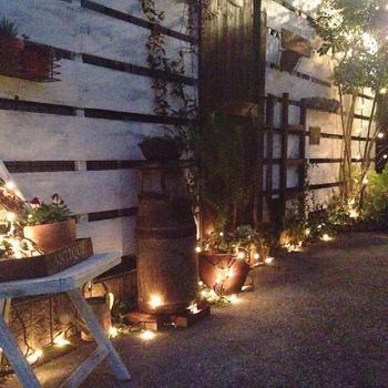 塀に沿ってレイアウトされたガーデン雑貨を彩るチェーンライト。簡単な配置ながら、雰囲気抜群です。
