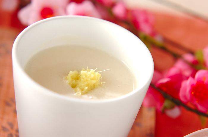 酒粕で作る甘酒に豆乳を合わせて作ります。ショウガも入っているので、心も体もポカポカになりそう♪寒い時のほっとしたい飲み物にも良いですね。