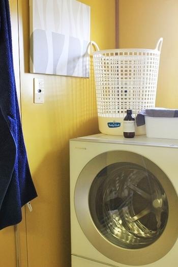 もともとは丈夫な作業着として愛されてきたデニムですから、上手な洗濯を繰り返して着続けることで独特の風合いが生まれます。大切なのは、自分好みの状態を維持できるようなデニムの洗い方を心がけること。洗濯の頻度には特に決まりはないので、「汚れたら洗う」くらいの感覚で大丈夫です。