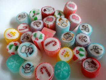 クリスマスには、サンタクロースや柊、雪の結晶などクリスマスにまつわるモチーフのキャンディが販売されます。プレゼントにも喜ばれそうですね。