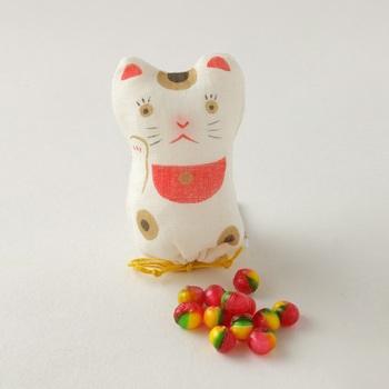 こちらは季節のおやつの「招き猫」。縁起物でもある招き猫の巾着の中は、赤、黄、緑の色合いが綺麗なりんごの飴が入っています。中川政七商店が長年扱っている麻を使った巾着で、飴を食べたあとは小物入れとして使えますよ♪