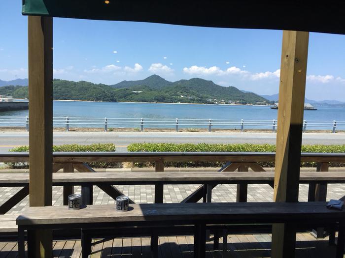 外のベンチでは美しい海や島々を眺めながら、ゆっくりとした島の雰囲気を感じることができます。