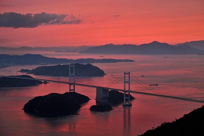 『行ってよかった!日本の展望スポット2016』で第3位に選ばれた亀老山展望公園はしまなみ海道の島々を見渡せる絶景スポットとして人気。昼の景色もきれいですが、天候に恵まれれば感動的な夕日を目にすることもできます。