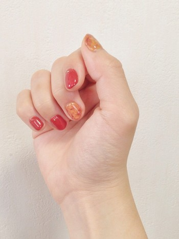 ツヤ感のある仕上がりがおしゃれな2色塗り。べっ甲カラーと相性のいいレッドで手元を明るく飾って。