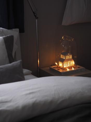 建物型のオブジェに光源を仕込み、ガラスドームに入れればそこだけ雰囲気がムーディに。ハイセンスなのに暖かみのあるインテリアです。