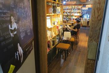 「東京天狼院」は、2013年9月26日にオープンした天狼院書店1号店。12坪ほどの小さな店舗です。 駅から微妙に遠い住宅街にあり、本を売っているだけでは2013年12月には潰れそうになったとか。そんな中、天狼院秘本や天狼院の福袋、処方箋など新しいサービスを発案しました。そして、お客様に人気だった部活やゼミ、cafeやBARといった機能を持たせた書店へと発展。メディアでも注目を集め、今では、「福岡天狼院」や「京都天狼院」もでき、そちらはもっと大きな店舗で展開しています。