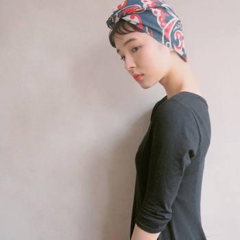 ロングもショートもできるヘアアレンジ。ターバンや布の柄や色を秋色にするだけで、簡単にイメージチェンジできちゃいます。短めの前髪の方は少しだけ出してあげるとかわいい印象を与えることができますよ。