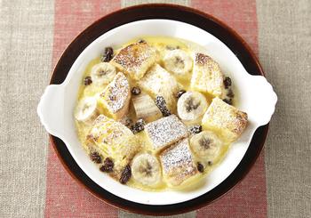 バニラアイスと卵黄、バナナ、フランスパンなどを使った、バゲット入りの簡単フルーツグラタン。オーブントースターで簡単にできますので、肌寒い日の朝食やちょっとお腹がすいたときなどにもおすすめ。