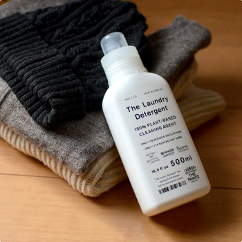 見た目には汚れが目立たなくても、長く履き続けたジーンズにはやはり汗や皮脂が付着しています。特に夏場は匂いも気になりますよね。そんな時には、蛍光剤・漂白剤の配合されていない中性洗剤や、おしゃれ着洗い用の洗剤を使いましょう。アルカリ性の洗剤は洗浄力が高い分、デニムの色落ちを促してしまいますので要注意です。
