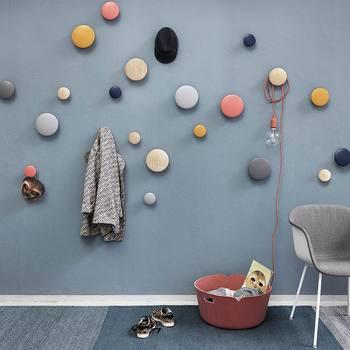 """こちらは北欧デザインブランド・MUUTOの壁面フック""""THE DOTS""""。  フックといっても、引っ掛け部分がコロコロの丸なので、子供部屋に置いても怪我の心配もなさそうです。  カラー・サイズも豊富にあるため、色やサイズを変えてたくさん壁に取り付けるとなんともPOPな空間に仕上がりますよ。"""
